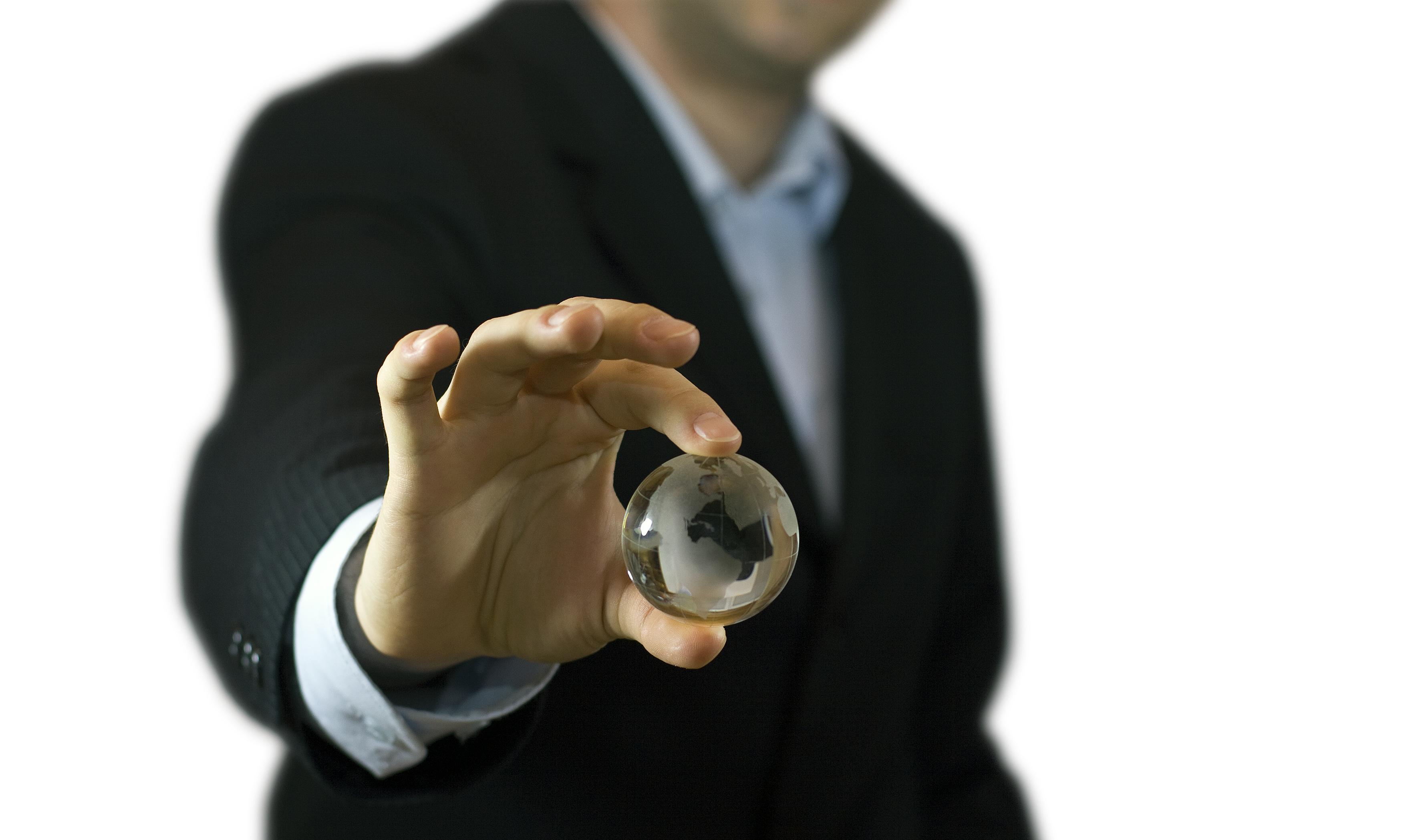 stockvault businessman and crystal globe113846 Los inversores miran hacia la sostenibilidad y los directivos no se han dado cuenta